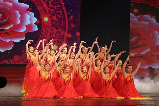 场舞爱在天地间_晚会在大合唱《爱在天地间》《走进新时代》中拉开帷幕.